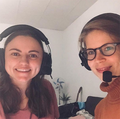 Maria und Saskia mit Podcast Equipment